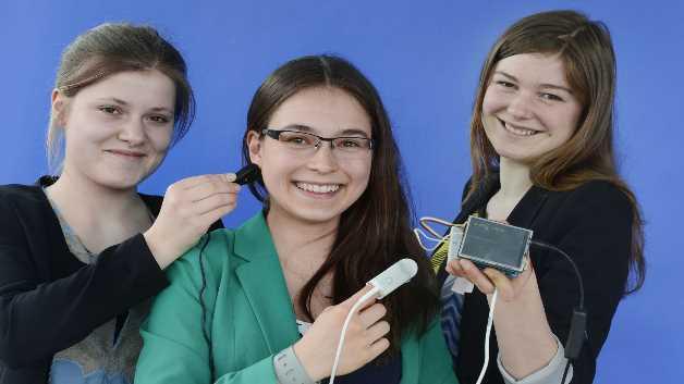 Anna Linnéa Hölterhoff (16), Jule Henrika Kuhn (15), Jule Anna Caroline Stevens (16) freuen sich über den mit 1000 Euro dotierten VDE-Sonderpreis für mikroelektronische Anwendungen.