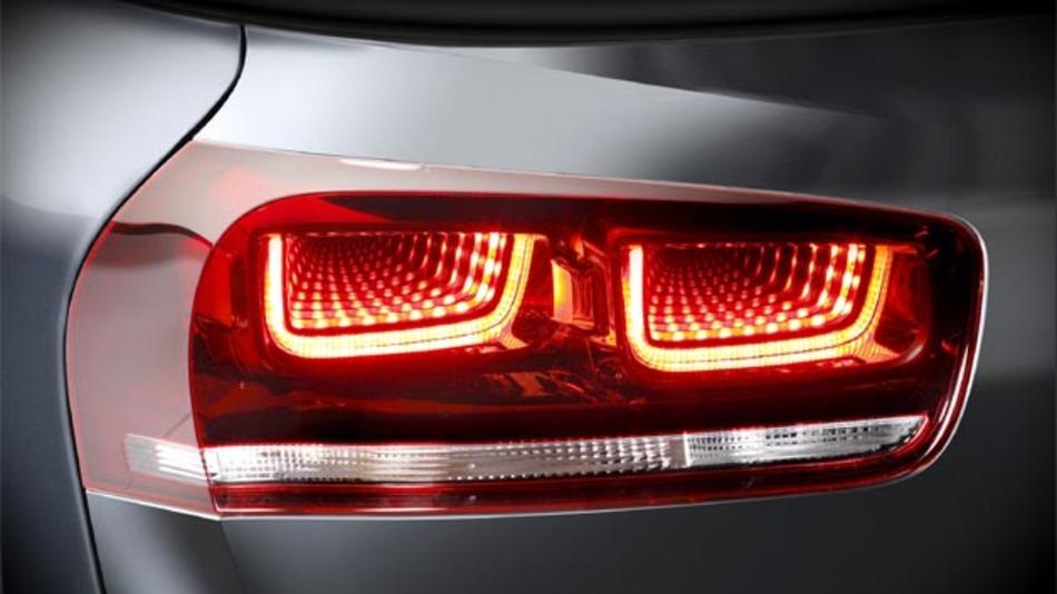 Schluss- und Bremslicht werden mittels 3D-Tunneloptik in LED realisiert.