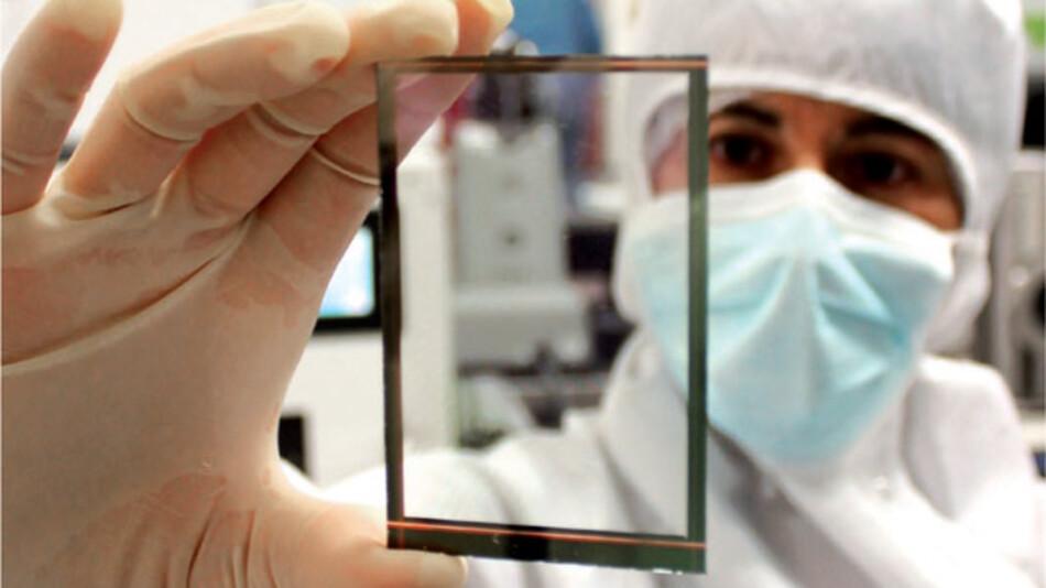Die 0,3-0,5mm dünnen Wysips Crystal Solarfolien von SunPartner können in Smartphone-Displays integriert werden und diese zum Stromerzeuger machen. Etwa 20% länger hält der Akku dann durch, bis zu 50% sollen es in Zukunft sein. Die Folien halten Temperaturen von -25°C bis +70°C aus und haben eine Lebensdauer von 7 Jahren.