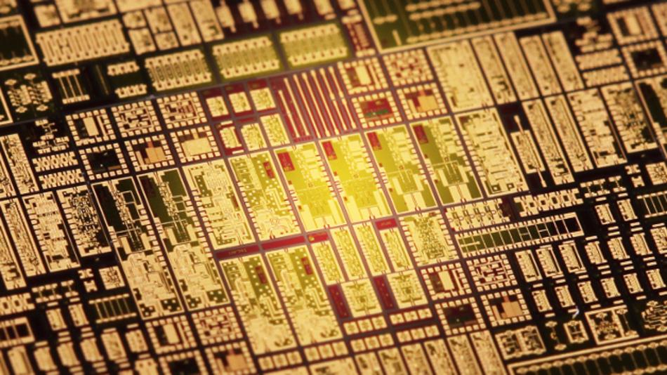 Der neue Chip ist nur 4 x 1,5 mm groß und basiert auf Halbleiterbausteinen, die das Fraunhofer IAF entwickelt hat.