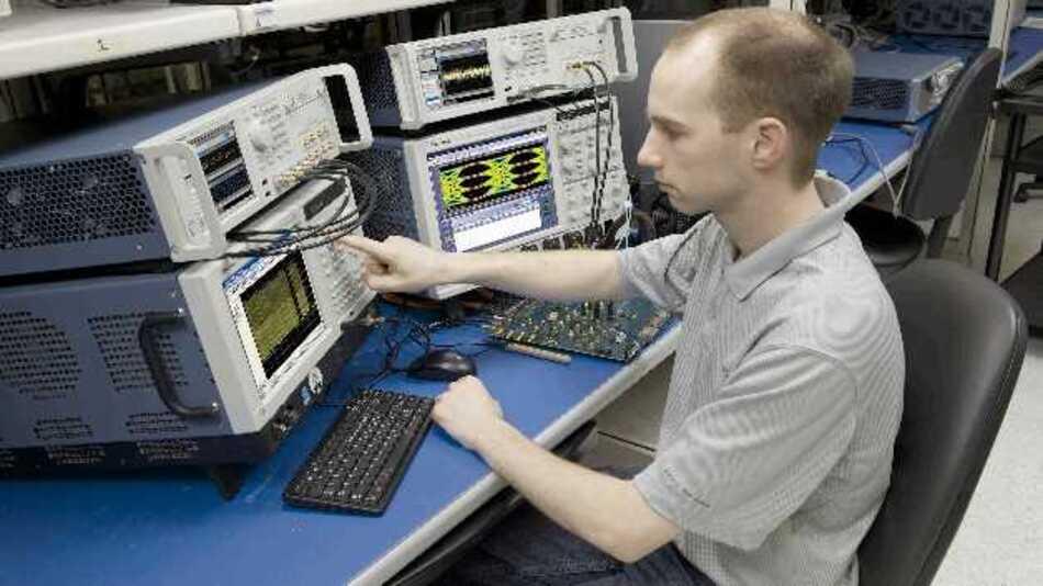 Die High-end-Generatoren der Serie AWG 70000 von Tektronix warten mit einer Abtastrate von 50 GSample/s, einer RF-Frequenz von 20 GHz, einem SFDR-Wert von -80 dbc und einem 16 GByte großen Speicher auf.