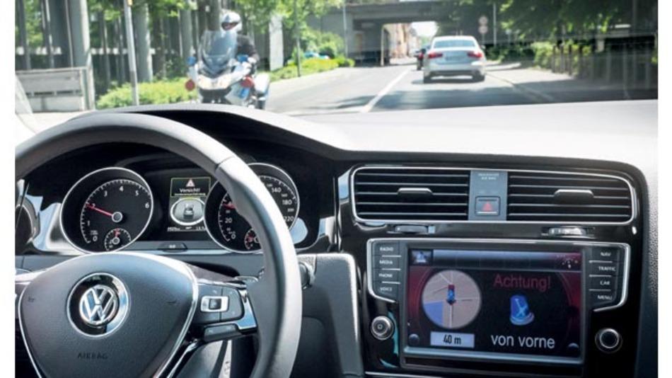 """Car-to-X-Technologie vergrößert deutlich das Wahrnehmungsfeld eines Fahrzeugs und der mit dieser Technologie mögliche """"Blick-um-die-Ecke"""" bringt einen enormen Mehrwert und Sicherheitsgewinn für alle Verkehrsteilnehmer."""