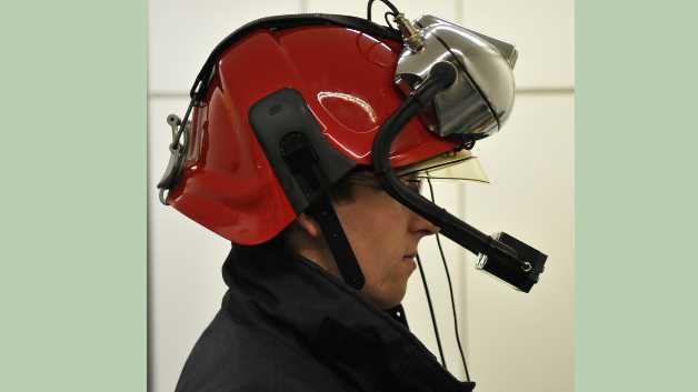 Der an der TU Wien entwickelte Datenhelm soll künftig für mehr Sicherheit und Übersicht im Brandeinsatz sorgen