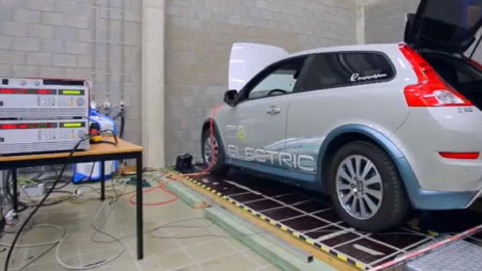 """Das drahtlose Laden elektrischer Fahrzeuge per Induktion ist fest ebenso effizient möglich wie mit Kabel. Das ist das Ergebnis einer zweieinhalb Jahre währenden Untersuchung des belgischen Forschungszentrum """"Flanders' DRIVE""""."""