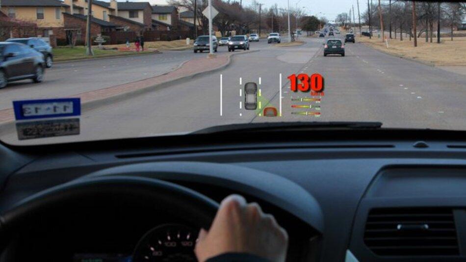 Noch sind Head-up-Displays ein seltenes Ausstattungsmerkmal, doch zukünftig sollen deutlich mehr Fahrzeuge mit dieser Technik ausgerüstet werden.