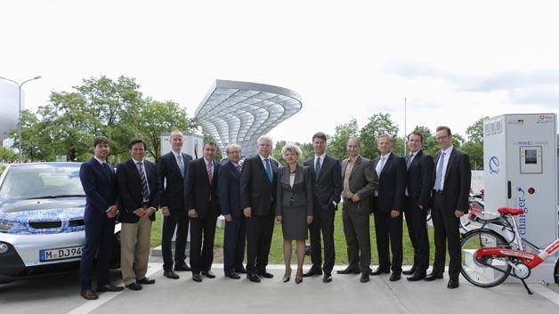 Eröffnung der Schnellladestation: Harald Krüger, Produktionsvorstand der BMW Group, der Bayerische Wirtschaftsminister Martin Zeil, Dr. Veit Steinle vom Bundesministerium für Verkehr, Bau und Stadtentwicklung, Prof. Klaffke von Bayern Innovativ und Partner.