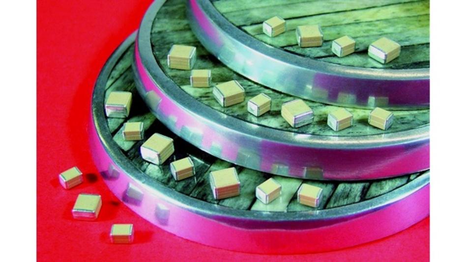 Die ersten in der StackiCap-Familie erhältlichen X7R-Vielschicht-Keramik-Kondensatoren von Syfer entsprechen den Gehäusegrößen 1812 und 2220. Sie eignen sich für die Betriebsspannungsbereiche von 200 V bis 1,5 kV beziehungsweise 200 V bis 2 kV.  Das 500-V-Bauteil in der Größe 2220 weist eine Kapazität von 1 µF auf, und das 2-kV-Bauteil kann mit einer Kapazität von 100 nF aufwarten. Letzteres ließ sich bisher nur in deutlich größeren Gehäusen realisieren. In der Baureihe 1812 erreicht das 200-V-Bauteil 1 µF als Kapazitätswert, während das 1-kV-Bauteil mit 180 nF eine Kapazität bietet, die bisher nur in größeren Komponenten möglich war.