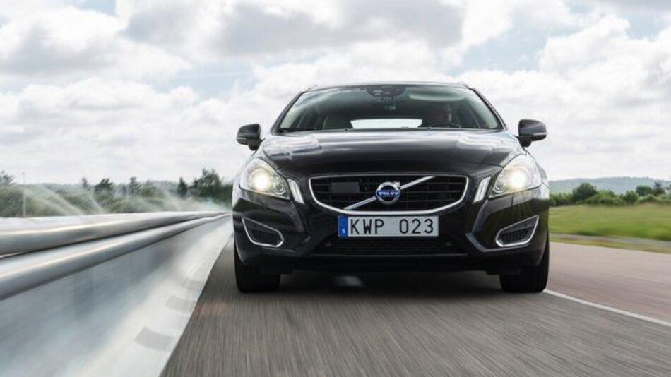 Eine Kamera und eine Radareinheit an der Front erkennen beim Volvo XC90 die Fahrbahnränder und verschiedene Straßenbegrenzungen wie Leitplanken.