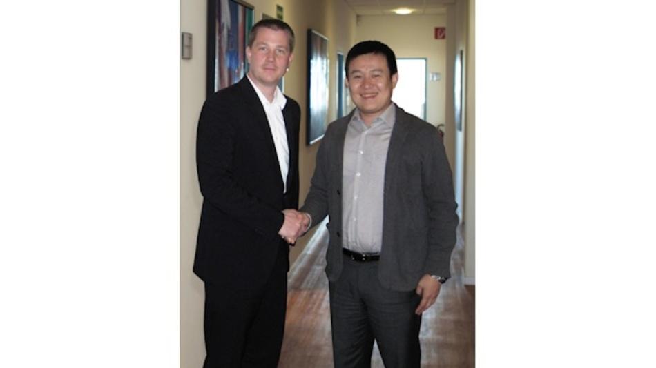 Dapu Telecom und WDI vereinbaren Distributionsabkommen  für D/A/CH; den Abschluss besiegeln Christian Dunger, WDI AG, und Jason Sun, Dapu Telecom.