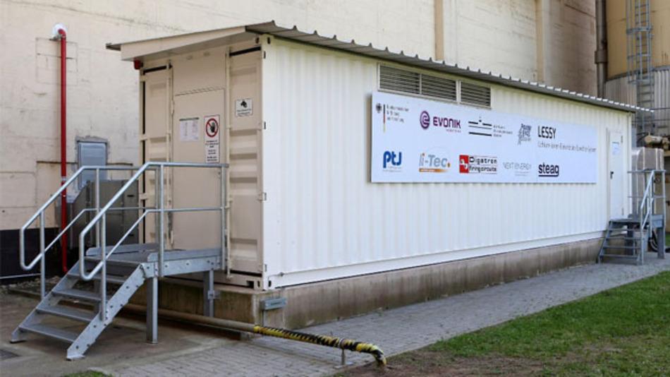 Der Energiespeicher ist in diesem Container untergebracht, 4.700 Akkuzellen befinden sich darin.
