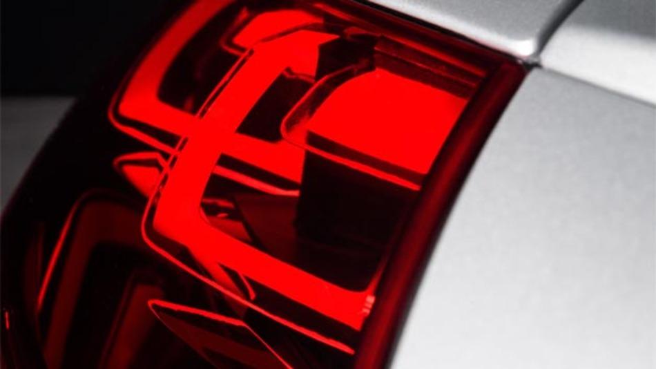 Für die dreidimensionale OLED-Heckbeleuchtung kommen neue, vernetzbare rote Materialien zum Einsatz.