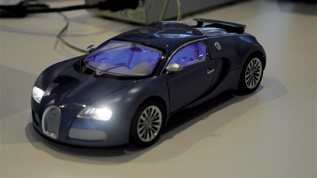 Bild 1. Miniatur-Demo mit LED-Frontscheinwerfer und LED-Innenraumbeleuchtung.