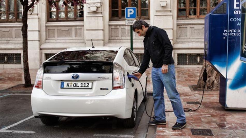 Der Prius Plug-In-Hybrid von Toyota verfügt über eine extern aufladbare Batterie mit der Distanzen bis zu 25 km rein elektrisch zurückgelegt werden können.