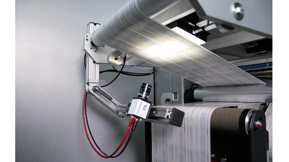 Das System »ELCAM Cut-to-Mark« von Erhardt+Leimer ermöglicht es dem Maschinenbediener, Etikettenbahnen präzise durch den Schneidprozess zu führen.