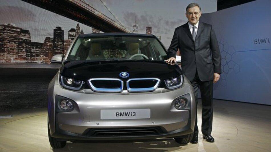 Dr. Norbert Reithofer, Vorstandsvorsitzender der BMW AG, stellt den i3 in New York vor.