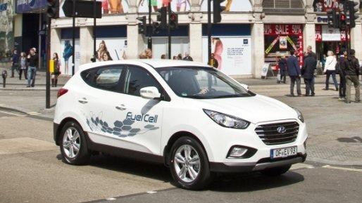 Der Hyundai ix35 Fuel Cell tankt Wasserstoff.