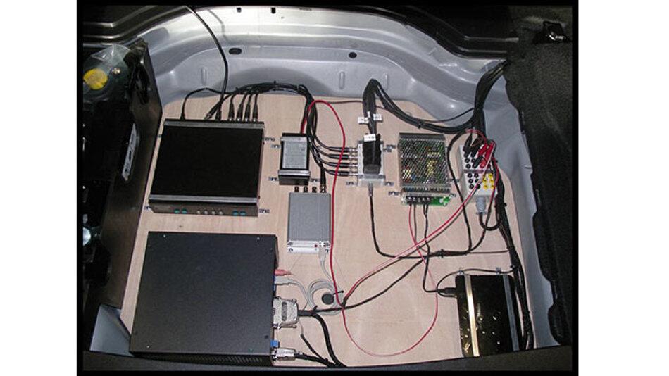 Bild 1. Die Versuchsfahrzeuge sind mit spezieller Messtechnik ausgerüstet, um etwa Daten von CAN und anderen Bussystemen zu erfassen.