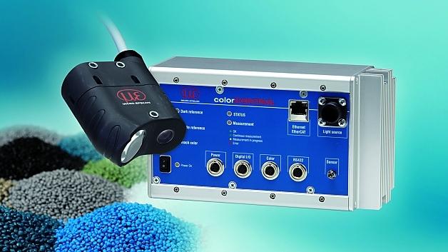 Farbmesssystem colorCONTROL ACS 7000 für die kontinuierliche Inline-Farbkontrolle bei der Herstellung von Kunstoffplatten