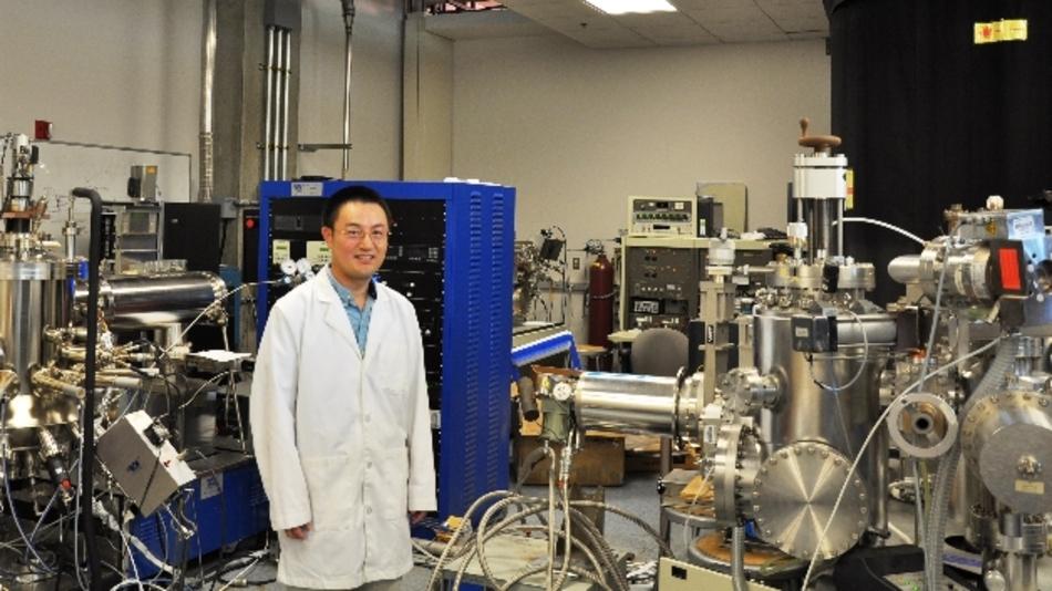 Jianlin Liu, Professor für Elektrotechnik, der in seinem Labor.