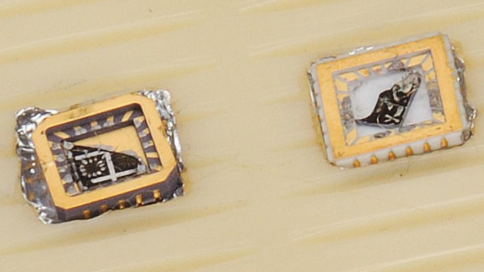 Im Bild ist die erste Probe von Graphen in einer elektronischen Komponente. Andre Geim und Konstantin Novoselov schenkten sie 2010 dem Nobelmuseum.