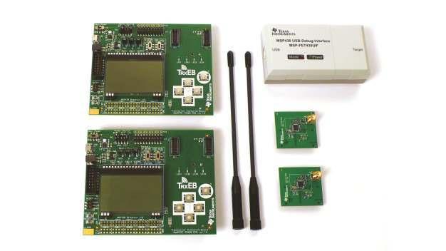 Das CC1120 Development Kit zum Entwickeln von hochgradig störungsimmunen Funklösungen mit dem TI-Transceiver CC1120 der »Performance-Line«. Rechts im Bild sind die zwei mitgelieferten Evalierungsmodule mit den zugehörigen Stabantennen zu sehen.