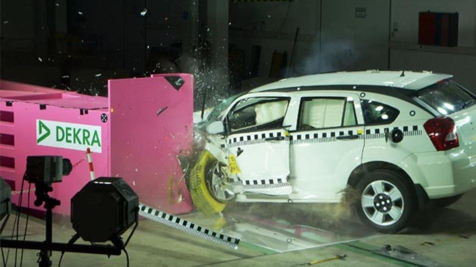 Im Dekra Crash Test Center in Neumünster können ab sofort Tests mit geringer Überdeckung durchgeführt werden.