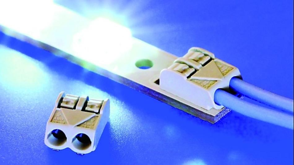 W+P Products präsentiert eine extrem flache SMD-Leiterplattenklemme mit einer Bauhöhe von 4,4mm. Durch ihre insgesamt kompakte Bauform von 7,9 × 11,7 × 4,4mm³ (zweipolig) eröffnet sie interessante Perspektiven, will man die Spannungsversorgung von LED-Modulen und industriellen Elektronikbaugruppen noch platzsparender anschließen. Ausgestattet mit der schraubenlosen Klemm-Anschlusstechnik, ist die neue SMD-Leiterplattenklemmen-Serie 5253 für Litzen und Massivdrähte mit Leiterquerschnitten von 0,2 bis 0,75mm2 (AWG24 bis AWG18) ausgelegt. Massive Leiter können direkt gesteckt werden, feindrähtige Leiter werden mittels integriertem Betätigungsdrücker angeschlossen. Die neuen Leiterplattenklemmen sind ein-, zwei- und dreipolig im Rastermaß 4mm erhältlich und lassen sich beliebig ohne Polverlust anreihen. Eine Vielzahl an Polzahlen ist dadurch bei gleichzeitig einfacher Lagerhaltung darstellbar. Das Kontaktmaterial besteht aus einer verzinnten Kupferlegierung, der Isolierkörper aus hochtemperaturbeständigem Kunststoff gemäß UL94 V-0. Ausgelegt sind sie für eine Spannungsfestigkeit von 320V(AC) und einen Nennstrom bis 9A.