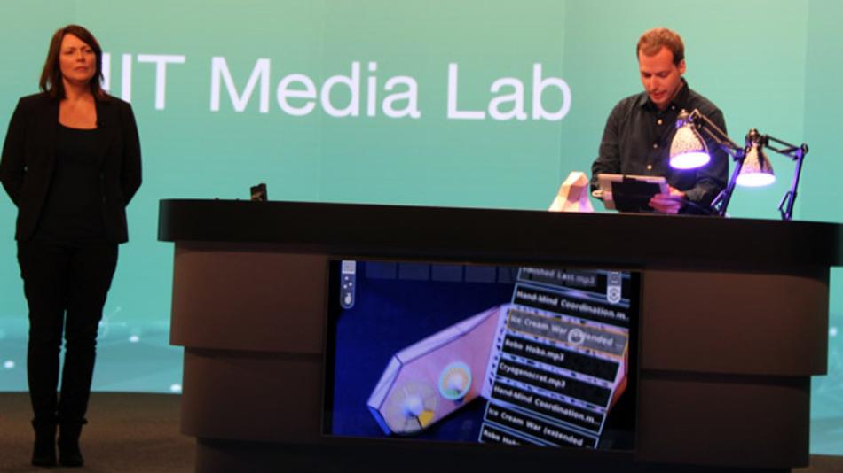 """Das MIT Media Lab zeigte eine Demo, bei der Geräte und LED-Leuchten mit """"AllJoyn"""" vernetzt wurden und per """"Vuforia"""" mit Augmented Reality gesteuert wurden."""