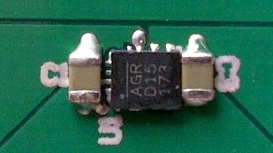 Zum Aufbau eines kompletten 1-A-Schaltreglers werden noch Eingangs- und Ausgangskondensatoren sowie die Gegenkopplungswiderstände benötigt. Platzbedarf auf der Leiterplatte: 3,8 mm x 6 mm.