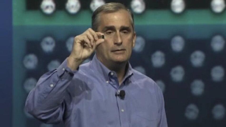 Intels CEO Brian Krzanich zeigte auf dem IDF 2013 einen ersten Chip mit Quark-Core.