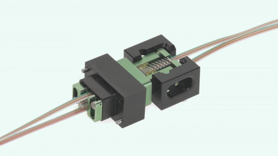 Die VITA-66.1-Verbindung für Lichtwellenleiter bietet mit seinem speziell konstruierten Ferrulen-Halterungen den Vorteil der werkzeuglosen Montage.