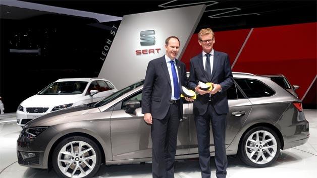 Dr. Matthias Rabe, Forschungsvorstand von Seat (rechts) nahm auf der IAA 2013 die Urkunden für die beiden Euro NCAP-Advanced-Auszeichnungen entgegen.