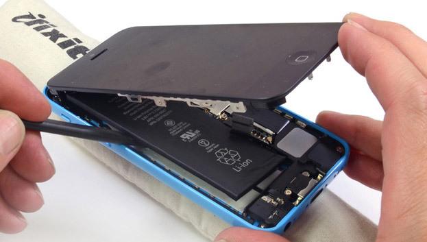 Die Tüftler von iFixit haben das iPhone 5C bereits wenige Tage nach Marktstart zerlegt - und wenig Neues gefunden.