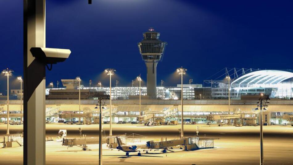 Dank der hohen Strahlstärke von 2,3 W/sr bei 1A reicht der Lichtstrahl mehr als 100 m weit und leuchtet auch in CCTV-Überwachungslösungen im Außenbereich große Distanzen sicher aus, beispielsweise auf Flughäfen.