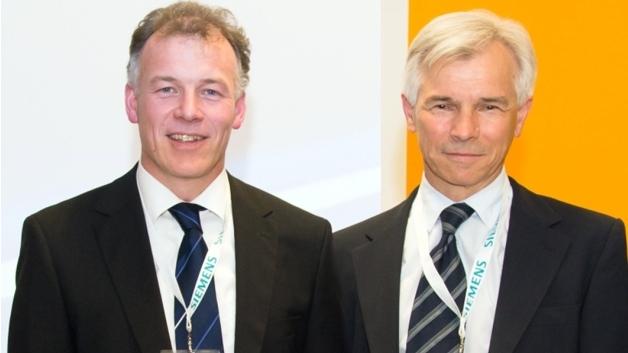 """Max Sterk, RAFI-Geschäftsbereichsleiter Systeme (rechts) und Peter Kiechle, Key Account Manager von RAFI, nahmen den """"Star of Motion Control"""" von Siemens entgegen"""
