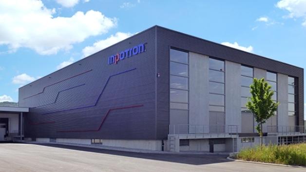 Auf 2104 Fachboden-Regalplätzen, 654 Paletten-Stellplätzen und 1500 m² Fläche für Kommissionierung und Distribution soll die interne Logistik nun den Anforderungen des Unternehmens besser gerecht werden.