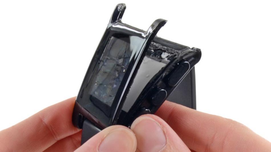 Die Smartwatch Pebble wird aufgebrochen.
