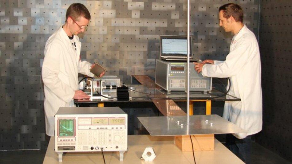 Versuchsaufbau in der EMV-Kammer von Silver Atena.