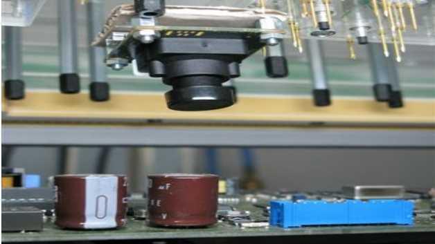 Mit Hilfe einer hochauflösenden Kamera und speziellen Software-Algorithmen lassen sich innerhalb kurzer Zeit viele Stecker auf fehlende, verbogene oder beschädigte Pins überprüfen.