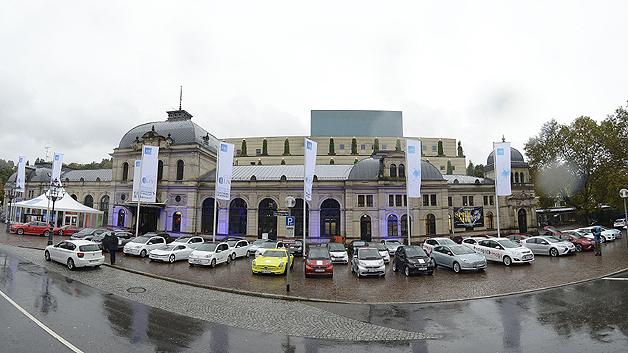 Vor dem Festspielhaus Baden-Baden versammelten sich rund 60 Elektrofahrzeuge und Plug-in-Hybride , die im Anschluss in einem Auto-Corso durch die Stadt fuhren und dabei den vielleicht ersten emissionsfreien Stau in Baden-Baden verursachten.