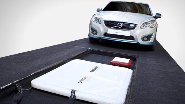 Induktiv wurd die Batterie des Volvo C30 Electric (89 kW/120 PS) innerhalb von 2,5 h vollständig geladen.