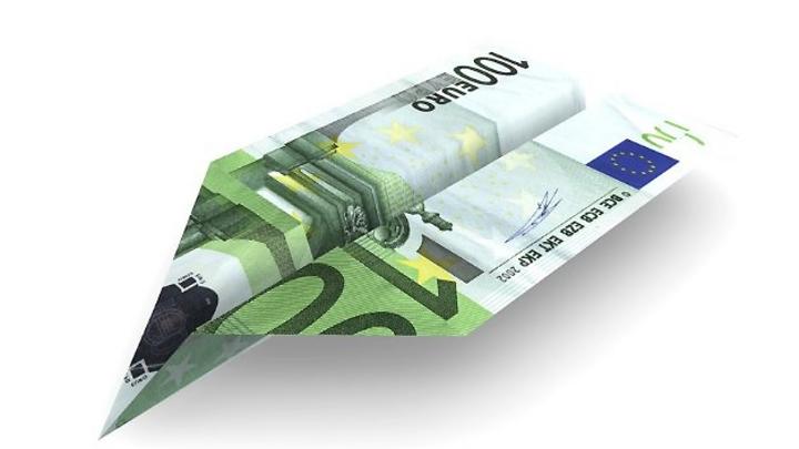 Geldschein zum Flieger gefaltet