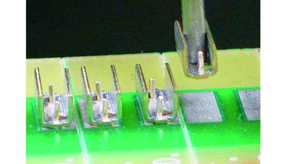 Bild 6: Der Schneid-Crimpanschluss lässt sich mit einem SMT-Bestückautomaten verarbeiten