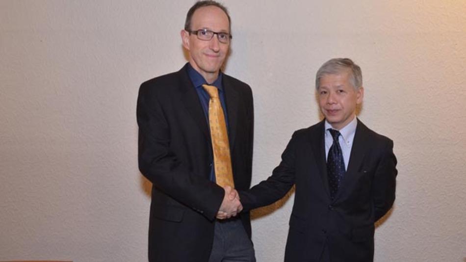 Links: Dipl.-Ing. Reinhold Schmid, Geschäftsführer der Embedded Tools GmbH,  rechts: Atsushi Nakayama Overseas Sales Manager Gaio Technology Japan.
