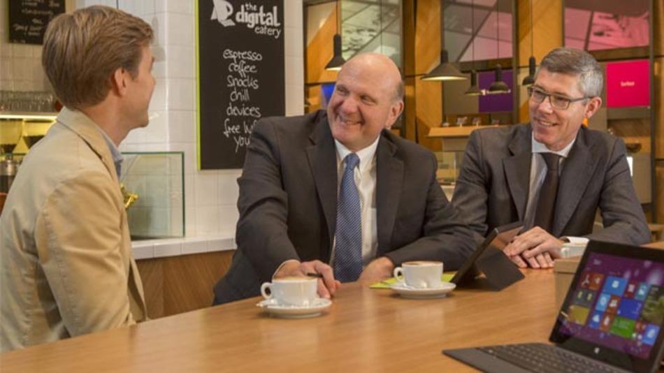 Steve Ballmer (mitte) und Deutschland-Chef Christian P. Illek (rechts) mit Max von Waldenfels vom Startup MyLorry GmbH (links) im der neu eröffneten »Microsoft Center« Berlin.