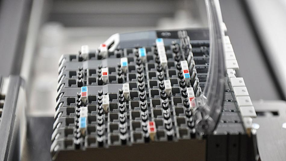 Kameratunnel 2: Abschließend erfolgt der Check der Beschilderung und von Zusatzmaterial wie den beweglichen Plastikabdeckungen.