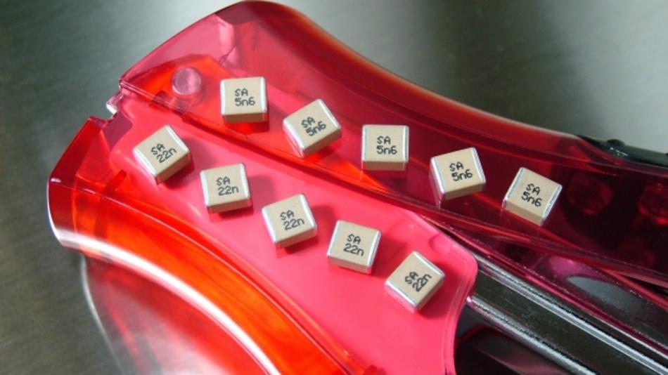 Syfer Technology hat für seine UL- und TÜV-zertifizierte Baureihe von SMD-Sicherheitskondensatoren für 250 V Wechselspannung eine Reihe von Neuzugängen angekündigt. Um den Ingenieuren mehr Spielraum für ihre Designs zu geben, wurde der obere Kapazitätswert auf 33 nF erhöht. Die neuen Bauteile mit höherer Kapazität erweitern Syfers sehr erfolgreiche sicherheitszertifizierte Kondensatorbaureihen B16 (TÜV/UL-zugelassen) und B17 (TÜV-zugelassen). In der Gehäusegröße 2220 sind nun Werte bis hinauf zu beeindruckenden 22 nF für die Spezifikation B16 X2 und bis zu 5,6 nF für die Spezifikation B17 Y2/X1 erhältlich. Wenn die ProtectiCap-Option gewählt wird, steigt der obere Wert für B16-Bauteile auf 33 nF.
