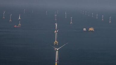 In diesigem Wetter, aber ruhiger See: der Offshore-Windpark Bard Offshore 1 in der Nordsee