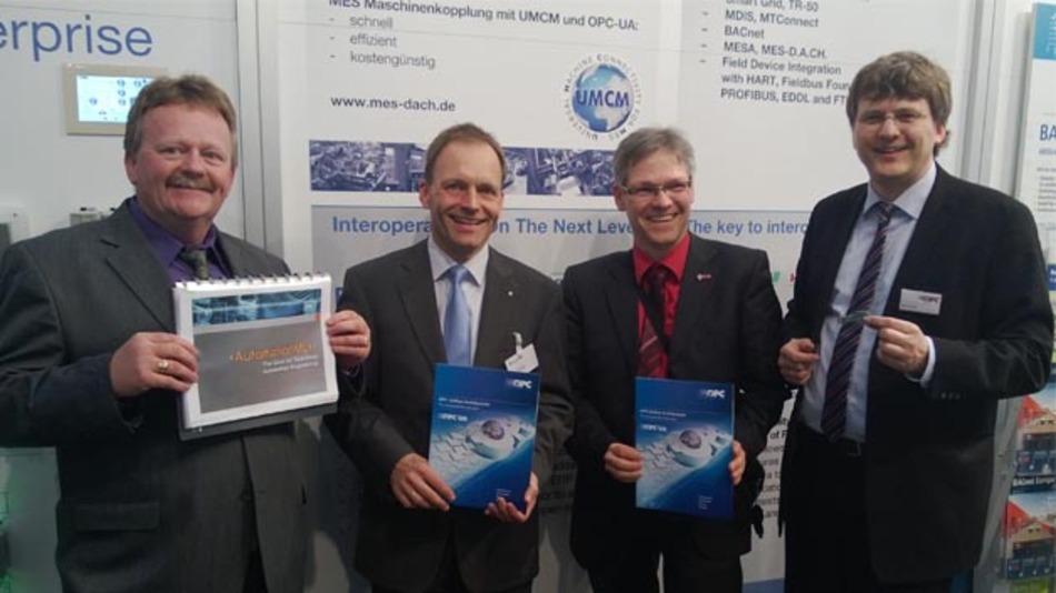 Die Partner von AutomationML und OPC UA besiegeln ihre Zusammenarbeit.