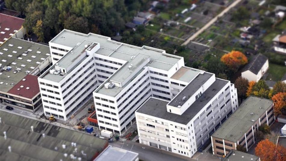 Das neue Entwicklungszentrum von Hella in Lippstadt bietet auf sechs Stockwerken und 14.000 m2 Raum für etwa 700 Mitarbeiter, mehr als 50 Besprechungsräume, Testlabore und ein Mitarbeitercafé.